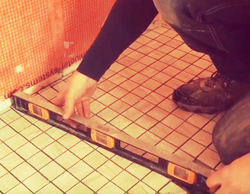 Leveling tile floor